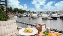 Летняя терраса у воды: ресторан «Паруса»