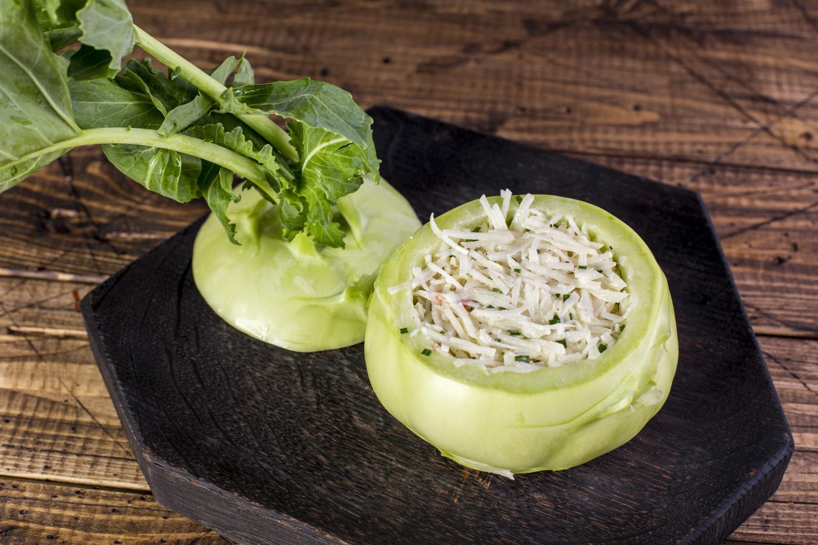 Салат с кольраби и камчатским крабом