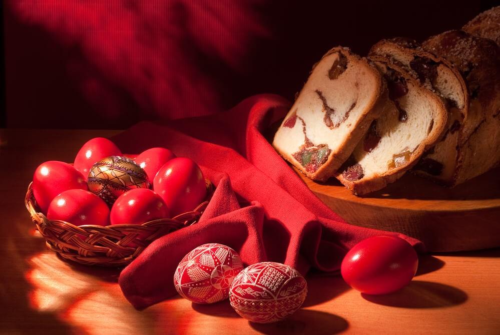 По традиции яйца нужно окрашивать в красный