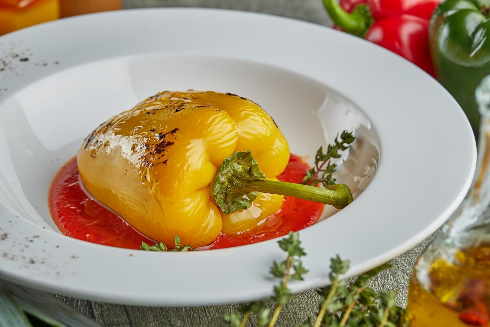Перец, фаршированный овощами и травами