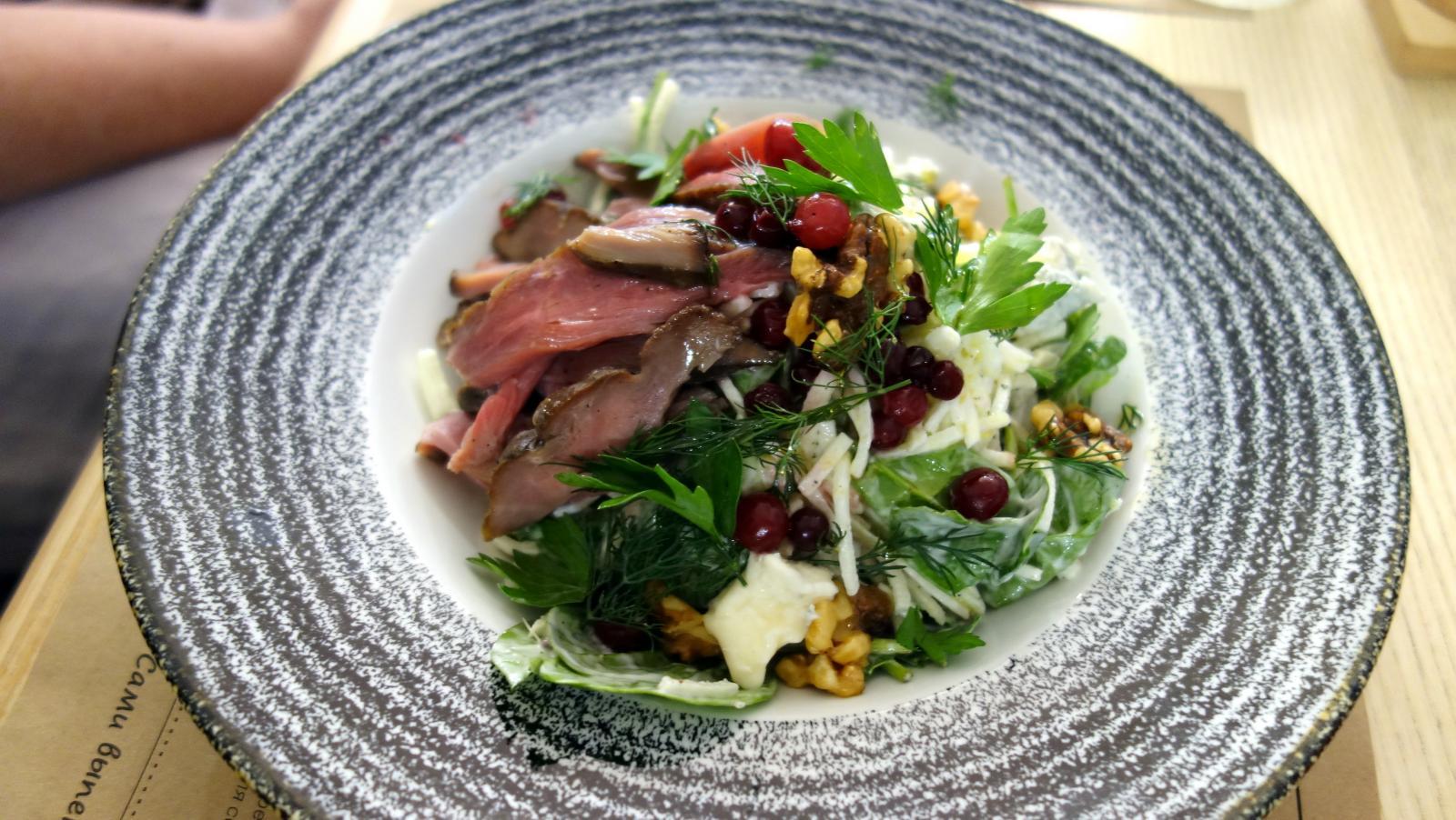 Салат с копченой уткой и голубым сыром