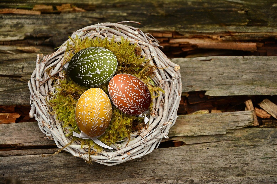 Необычные узоры на пасхальных яйцах