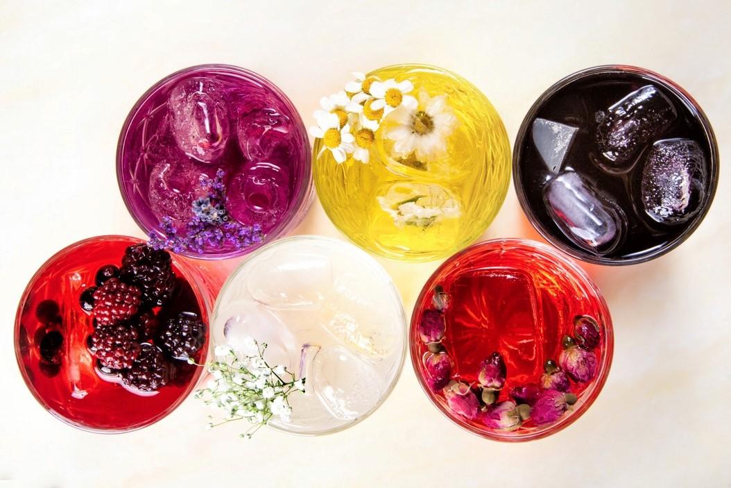 пять вариантов джин-тоников: на ромашке, лаванде, лакрице, шафране, смородине и ежевике