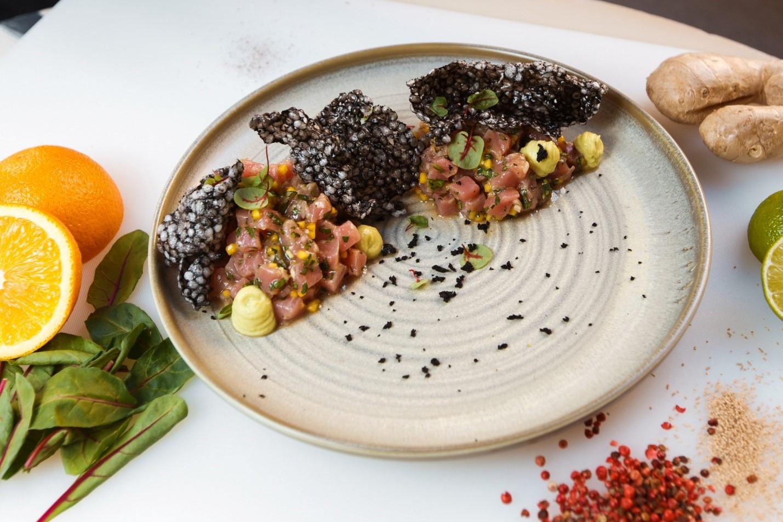 Тартар с тунцом с соусом понзу, муссом из авокадо и чипсами из тапиоки