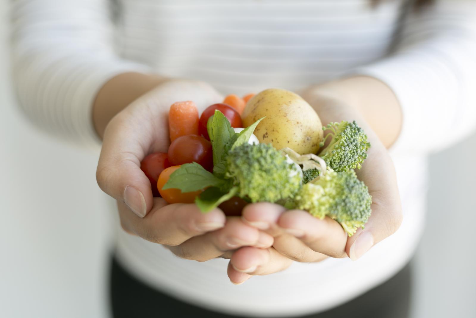 Основу питания вегетарианцев составляют овощи, фрукты, крупы, бобовые, зелень, растительные масла, орехи.