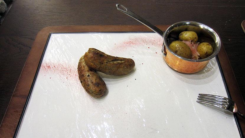 Колбаски немецкие с капустой квашеной и печеным в углях картофелем
