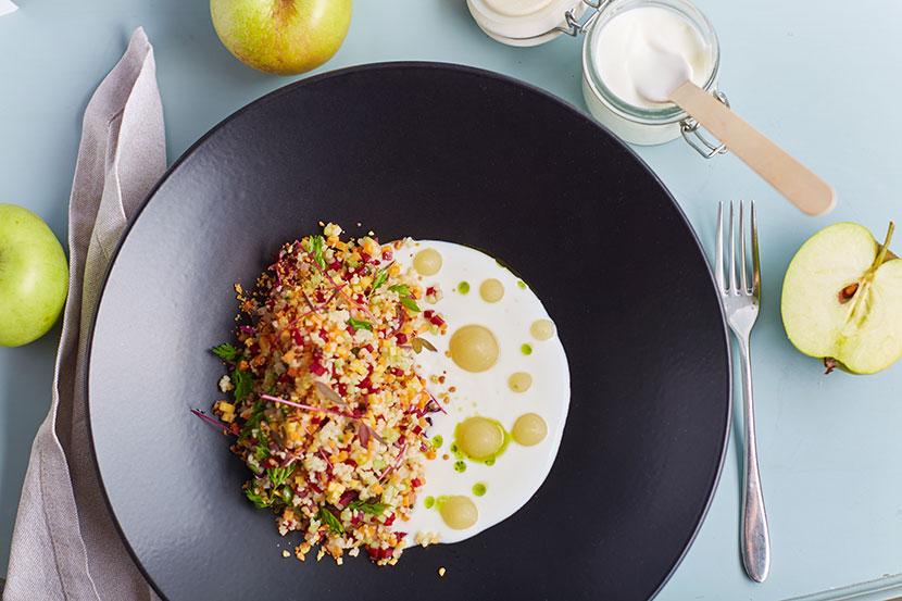 Закуска из хрустящих овощей с кускусом йогуртом и яблочным пюре