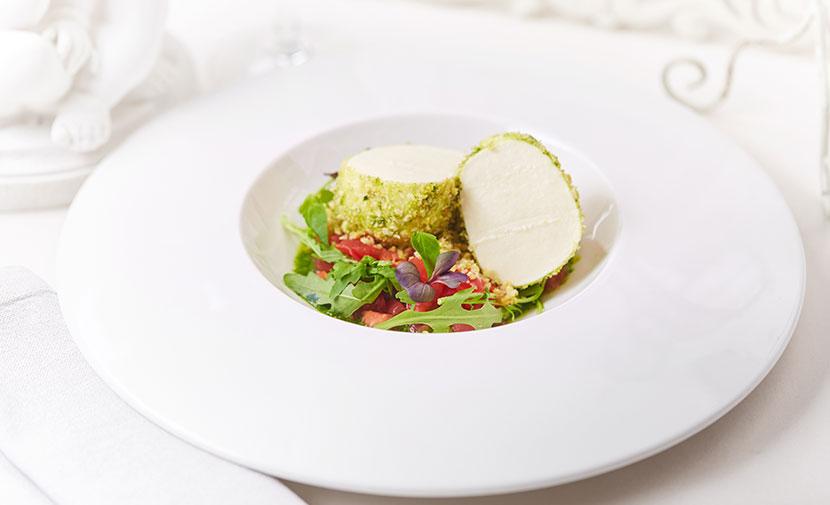 Моцарелла в панировке из кедровых орехов с соусом песто, тар таром из томатов и рукколой