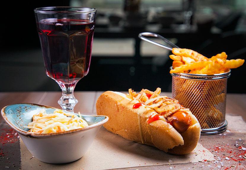Хот-дог Лакки Лучано с салатом coleslaw и луком фри