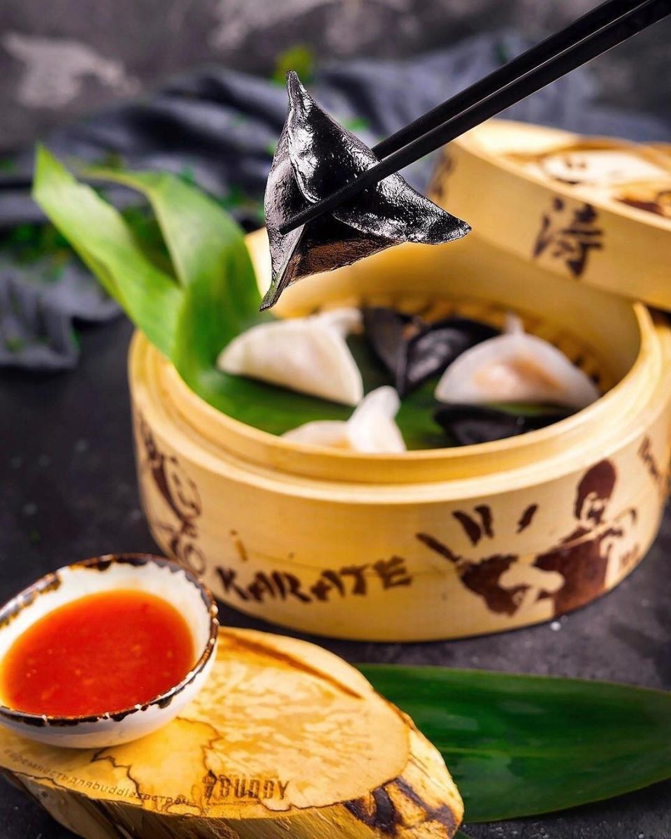 Димсамы с крабом и соусом из сладкого чили, сои и мирина (380 руб)