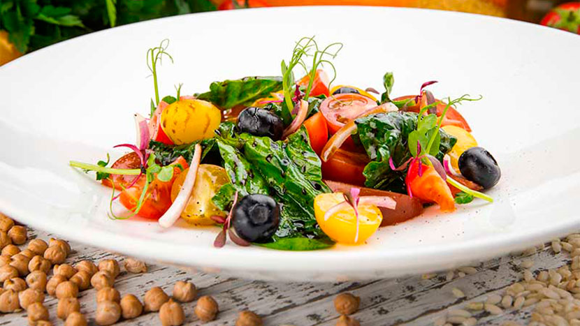 Салат с ассорти томатов и голубики