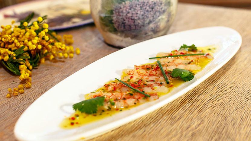 Карпаччо из сладкой аргентинской креветки с соком лайма, смесью ароматной зелени, имбиря и перца чили