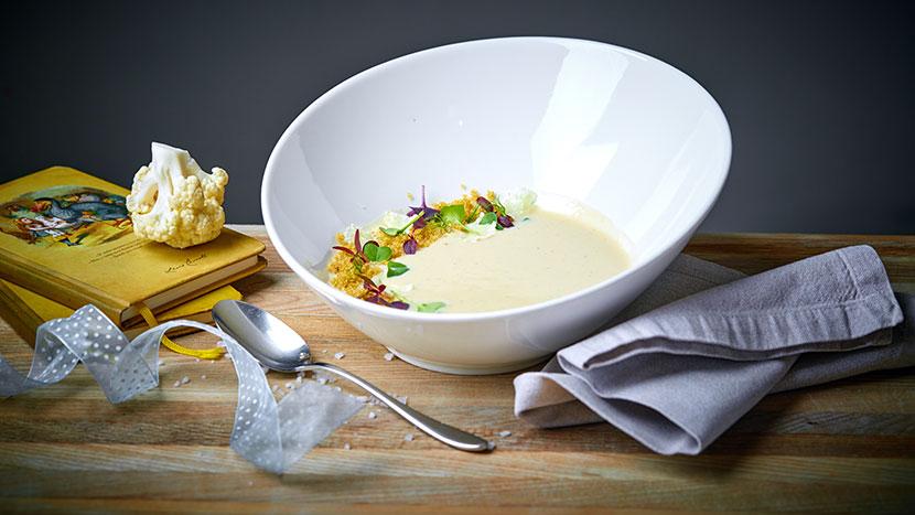 Суп из цветной капусты на кокосовом молоке с приправой из мускатного ореха, с украшен хрустящим попкорном из киноа