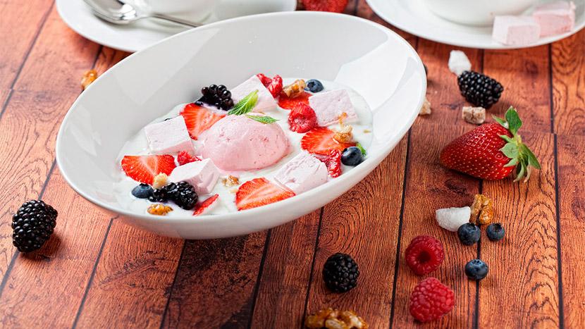 Йогуртовый суп с мороженым из клубники и лесными ягодами