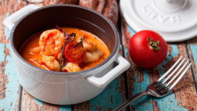 Запечённые креветки в томатном соусе с Узо