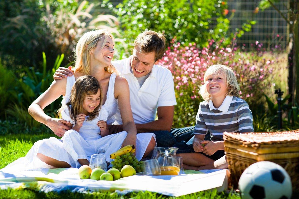 Не берите с собой слишком много еды, тщательно подумайте о том, что взять с собой на пикник. Иначе все остатки придется дружно нести обратно.