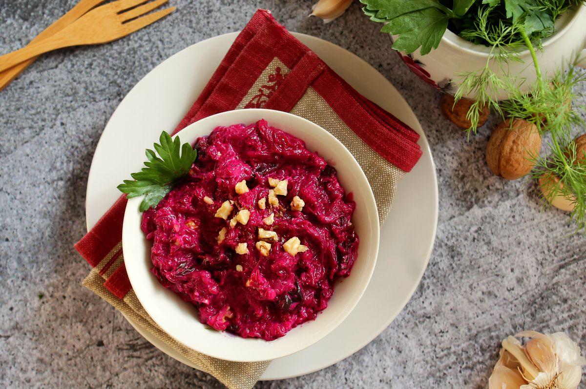 Салат из тертой свеклы с грецкими орехами, черносливом и специями