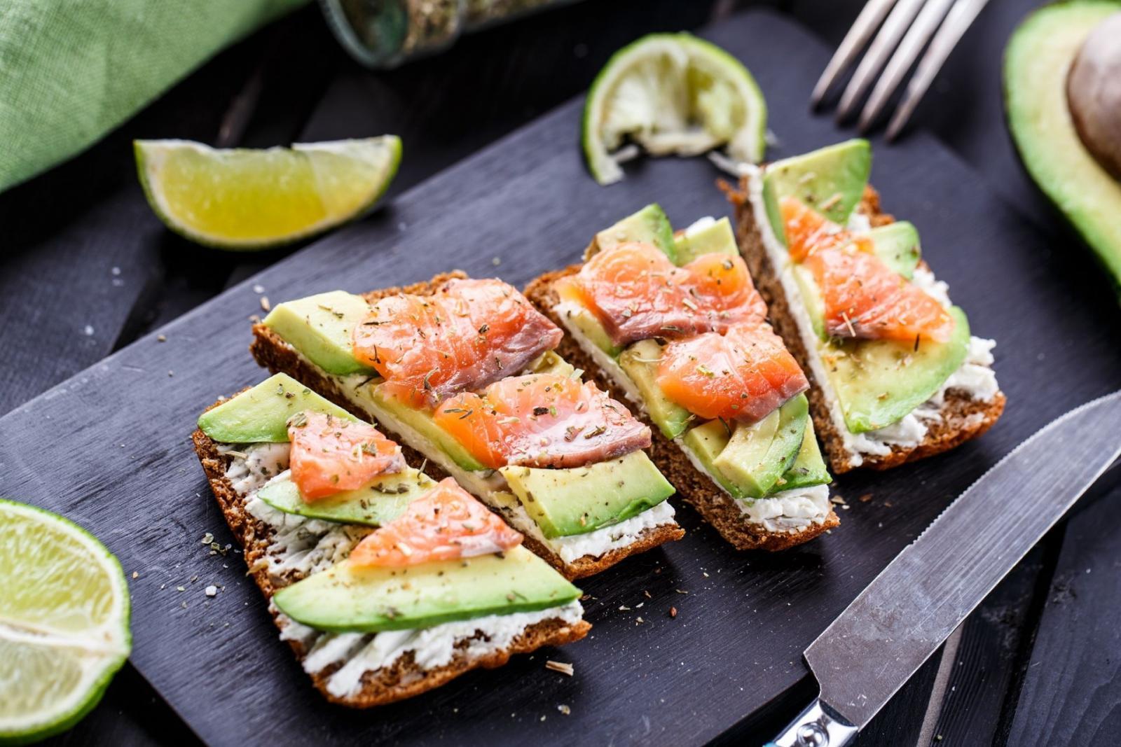 Сэндвичи с рыбой и авокадо