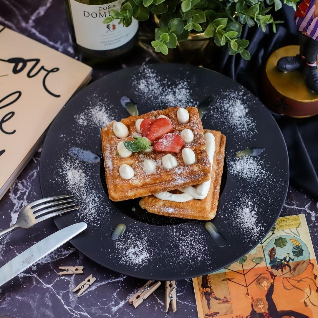 Бельгийские вафли со сливочным сыром и соленой карамелью (260 руб)